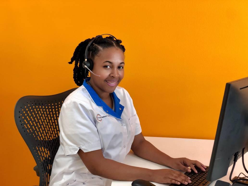 Empleado di Curaçao Medical Center kla pa kontestá email i yamadanan di pashèntnan i bishitantenan.
